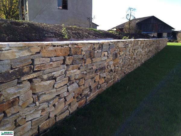 Un mur en pierre naturelle, réal. 2017